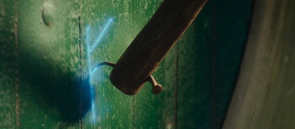 """Der Zauberer Gandalf hinterlässt in der Verfilmung von Tolkiens """"Hobbit"""" ein Runenzeichen auf Bilbos Tür."""