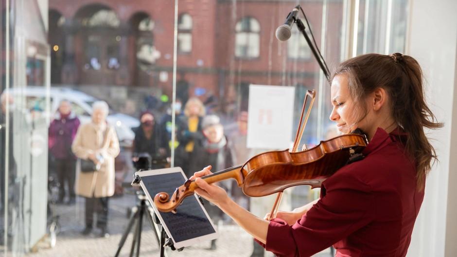Schaufenster-Konzert vor Passanten: Künstler und andere Selbständige müssen gut vorgesorgt haben, um gut durch die Krise zu kommen.