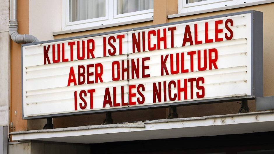 """Anzeigetafel des Kölner Kinos """"Odeon"""""""