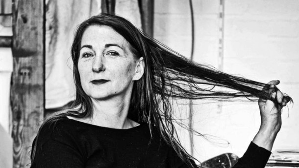 Rosa Loy - Die studierte Gartenbauingenieurin zählt zu den renommiertesten Malerinnen der Gegenwart. Über ihren Karriereweg und das Zusammenspiel mit ihrem weitaus berühmteren Mann Neo Rauch spricht sie in Leipzig mit Julia Löhr.