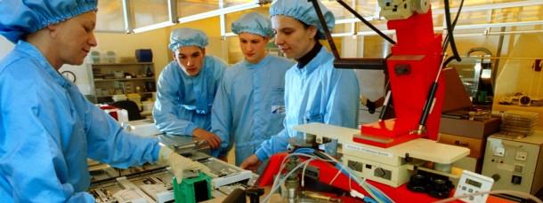 Praxisunterricht in einem sonst eher theoretischen Fach: Studenten der Elektrotechnik wird in Chemnitz eine Fotolack-Beschichtungsanlage für die Chipherstellung gezeigt.