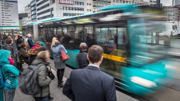 Studierende nehmen häufiger Bus und Bahn