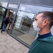 Maske tragen ist dumm? Lehrer empfängt Schüler in einer Realschule.