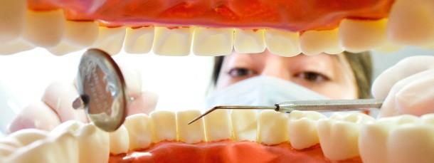 Wer überlegt, Zahnarzt zu werden, den lädt die Uni Witten-Herdecke zum Probebohren ein. 50 Interessierte haben Platz in dem Seminar, Bewerbungsschluss ist der 1. September.
