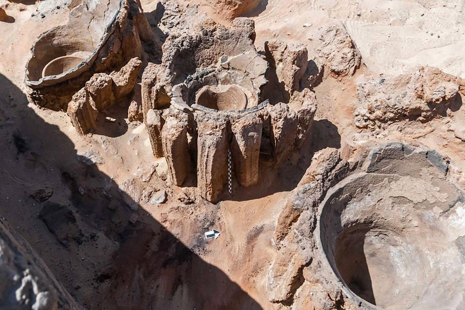 Wurden diese Maischetröge von unten befeuert oder reichte die Wüstenhitze zur Gärung? Und wie wurde das Bier abgefüllt? Der Fund von Abydos lässt noch Fragen offen.