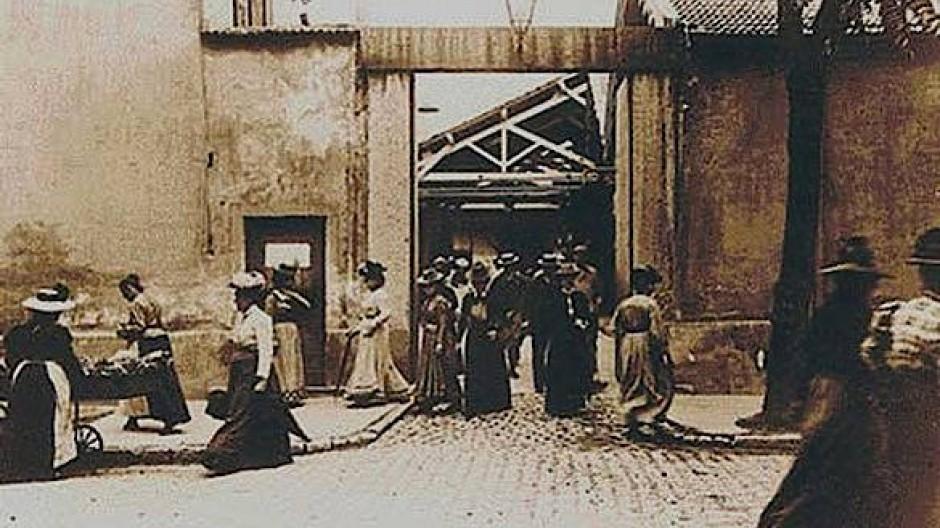 1895: Fröhliche Stimmen werktätiger Menschen hörte man bei den Brüdern Lumière noch nicht.