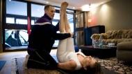 Akademiker oder Hilfsarbeiter? Physiotherapeuten haben gegenüber Medizinern oft einen schweren Stand.