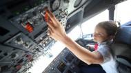 Frauen dringen nicht nur in Männerdomänen vor wie diese Pilotin. Auch bei den Gehältern dringen sie in unbekannte Höhen vor.