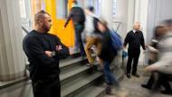 Wachpersonal an der Berliner Albert-Schweitzer-Schule: Sicherheitsdienste sind keine Seltenheit mehr.