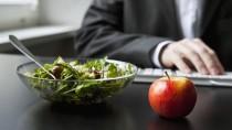 Apfel schlägt Schokoriegel: Auch die schnelle Mahlzeit im Büro will gut überlegt sein.