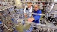 Zwei Auszubildende an einem Reaktor des Verfahrenstechnikums an der Sächsischen Bildungsgesellschaft für Umweltschutz und Chemieberufe Dresden.