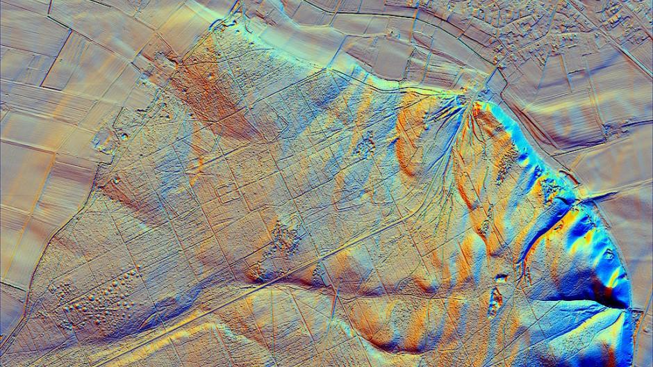 Diese LiDAR-Aufnahme von Uedem bei Xanten zeigt neben römischen Funden auch vorrömische Grabhügel, historische Hohlwegesysteme sowie Stellungen aus dem 2. Weltkrieg, ein typisches Beispiel für die Vielfältigkeit von Relikten im Wald.