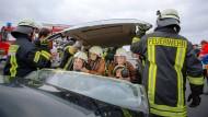 Ganz nah dran sein an (fast) echten Patienten: Zwei Studentinnen versorgen zwei Opfer, während die Feuerwehr das Dach des Unfallwagens abhebt.