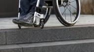 Wer nach einem Unfall zum Beispiel im Rollstuhl sitzt und keinen Beruf mehr ausüben kann, steht nicht nur psychisch und physisch, sondern auch finanziell vor Herausforderungen.