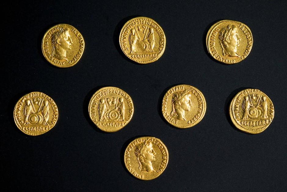 Diese acht Aurei wurden während der Grabungen 2016 im Norden des Obereschs in Kalkriese gefunden.