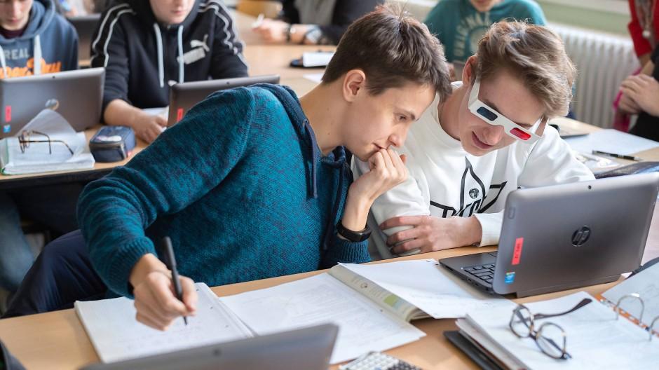 Lernen am Laptop: Klasse in Wiesbaden