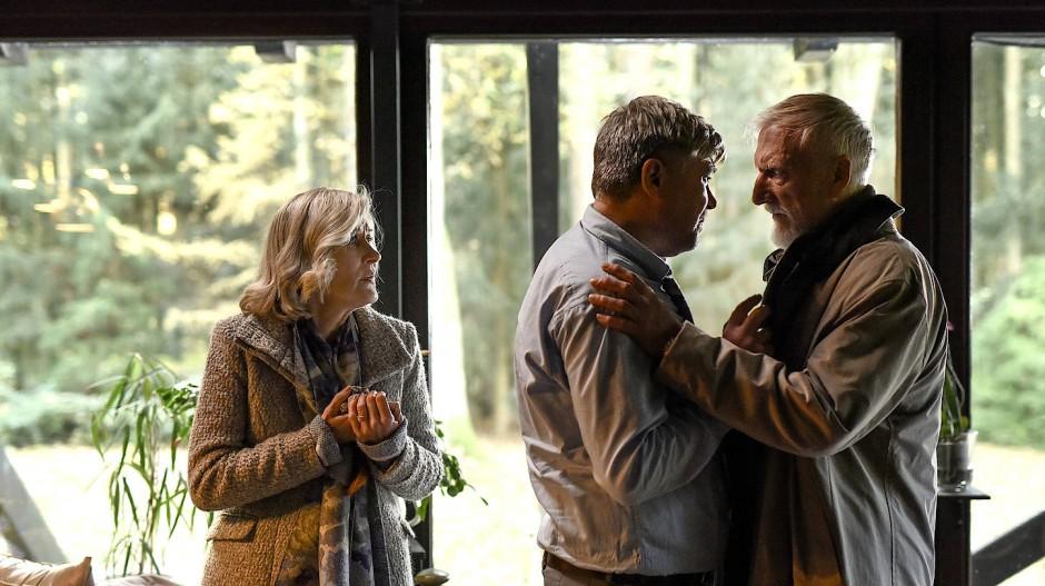 Holdts Schwiegeltern, Gudrun und Christian Rebenow (Hedi Kriegeskotte und Ernst Stötzner), beschwören ihn, die Polizei einzuschalten.