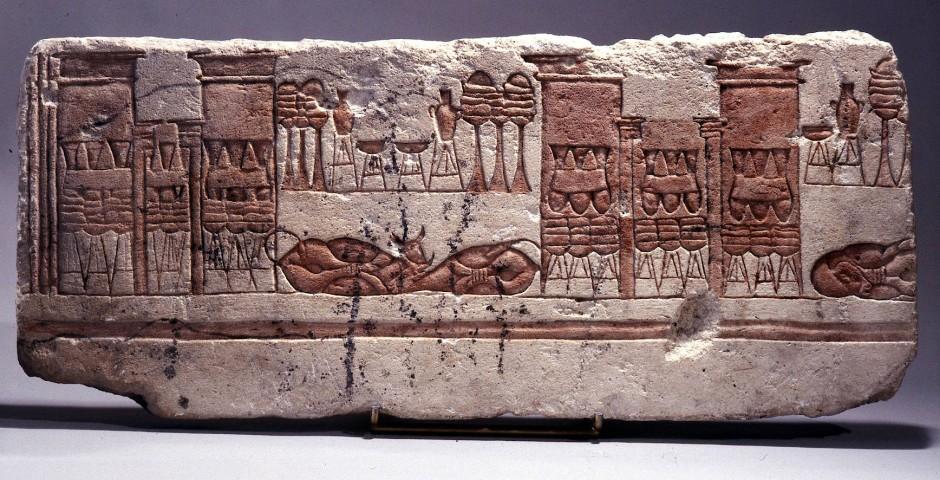 Fragment eines Kalksteinreliefs aus Amarna, auf dem Tier- und Speiseopfer dargestellt sind
