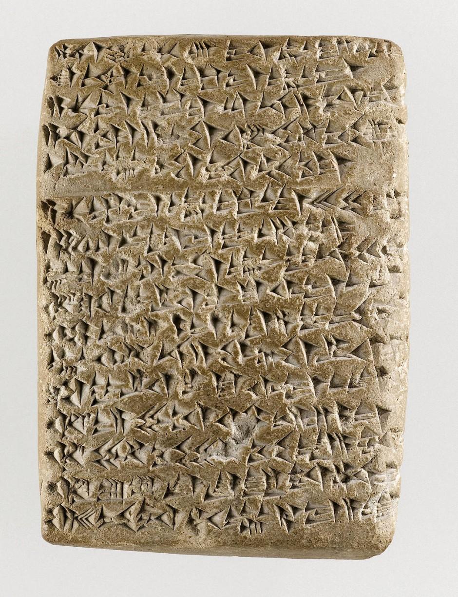 Die Amarna-Briefe bestehen aus Tontafeln mit akkadischer Keilschrift.