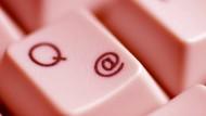 Auf der Arbeit private Mails verschicken: Viele Arbeitnehmer sind sich unsicher, ob sie das dürfen. Viele Arbeitgeber sind es auch.