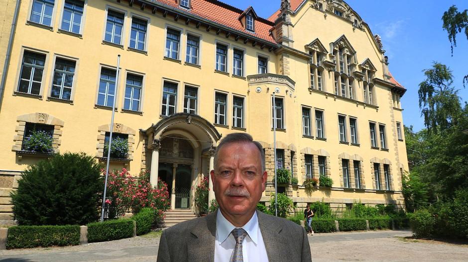 """Fühlt sich wohl in seinem """"wilhelminischen Schulpalast"""" am Perelsplatz in Berlin-Friedenau"""