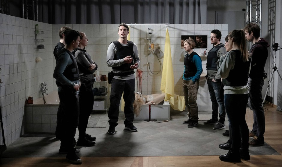 Ergo war es doch Mord! Polizeischüler Leon (Max Koch, 4.v.l.) weiß besser als seine Kollegin Jessica (Anna Drexler, 4.v.r.), wie er den inszenierten Tatort interpretieren muss.