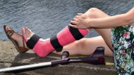 Mit Gips am Strand? Kein Beinbruch, wenn es um verloren geglaubte Urlaubstage geht.