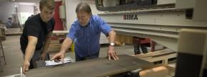 Ans Brett: Lehrling Marco Giedeler mit Schreinermeister Gerhard Luther an der CNC-Fräse – damit lassen sich sogar Fotomotive ins Holz schnitzen.
