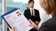 Drum prüfe, wer sich ewig bindet: Arbeitgeber können dazu verpflichtet werden, gekündigten Arbeitnehmern eine Ersatzposition im Unternehmen anzubieten.