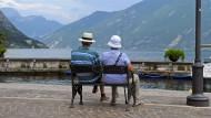 Mehr Lebensjahre, mehr Urlaub - zum Beispiel am Gardasee. Stimmt das in allen Branchen?