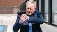 Wer sich mit der Mafia anlegt, ist besser bestens bewaffnet: Kommissar Moritz Eisner (Harald Krassnitzer) beim Showdown am Swimming Pool.