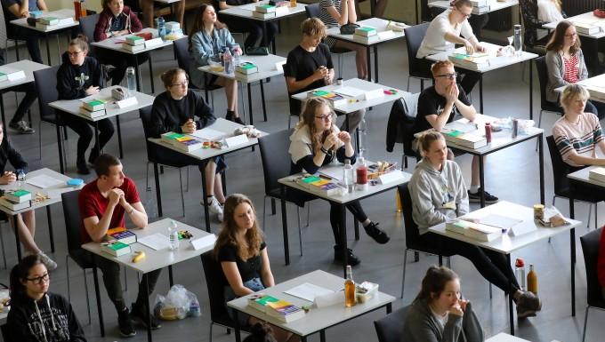 Mit Hilfsmitteln aller Art: Rostocker Schüler beim Englisch-Abitur in diesem Frühjahr