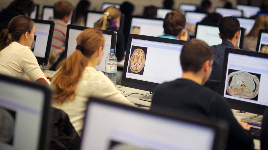Digital studieren hat viele Facetten: Es gibt komplette Online-Studiengänge, teilweise digitale Angebote oder Studiengänge mit elektronischen Klausuren.