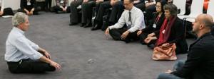 Bitte atmen Sie jetzt: Meditationsguru Jon Kabat-Zinn macht vor, wie's richtig geht.