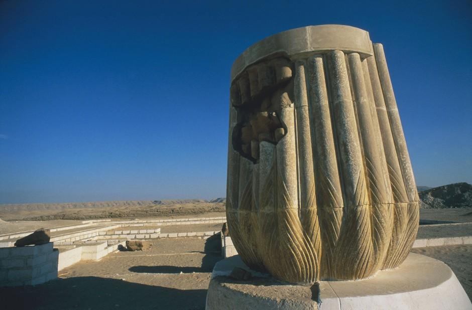 Teilansicht des Großen Aton-Tempels mit rekonstruierter Säule in Amarna