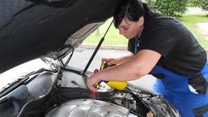 Als Prüfung das Auto polieren