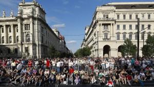 Tausende demonstrieren gegen von China gesteuertes Uni-Projekt