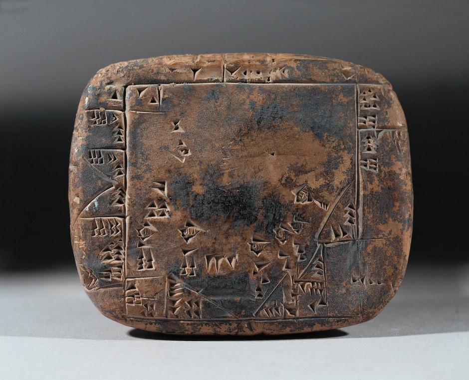 Keilschrifttafel mit der Flächenberechnung eines Grundstückes in Umma, Mesopotamien.