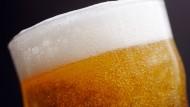 Bier her, Bier her, oder ich fall um: Menschen, die mehr als 48 Stunden pro Woche arbeiten, können ohne Alkohol nur noch schlecht abschalten, so eine Studie.