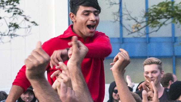 Flüchtlinge und Unterstützer feiern wieder friedlich