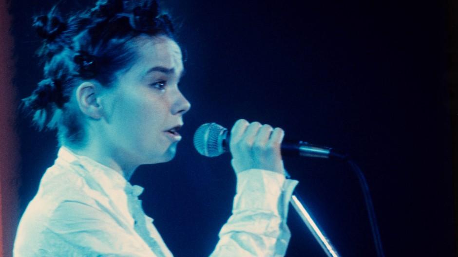 Björk in den Neunzigern auf einem Konzert in Hamburg