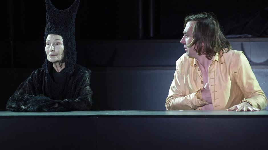 Erst Mann, dann Mensch, dann ist das Leben schon vorüber: Edith Clever als Tod und Lars Eidinger als Jedermann bei der Eröffnung der Salzburger Festspiele