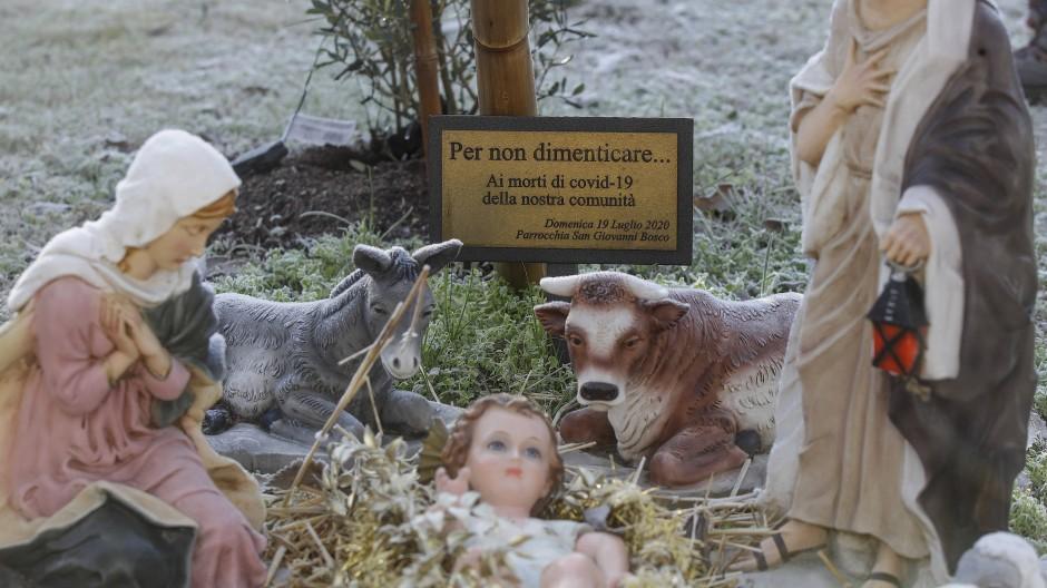 Schon zum Jahresende gab es kleinere Gedenkstätten in Italien für die Corona-Opfer, wie hier vor der Kirche San Giovanni Bosco in Codogno