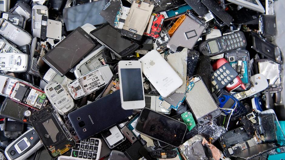 Ein riesiges Umweltproblem: Weggeworfene Handys kurz bevor sie geschreddert werden