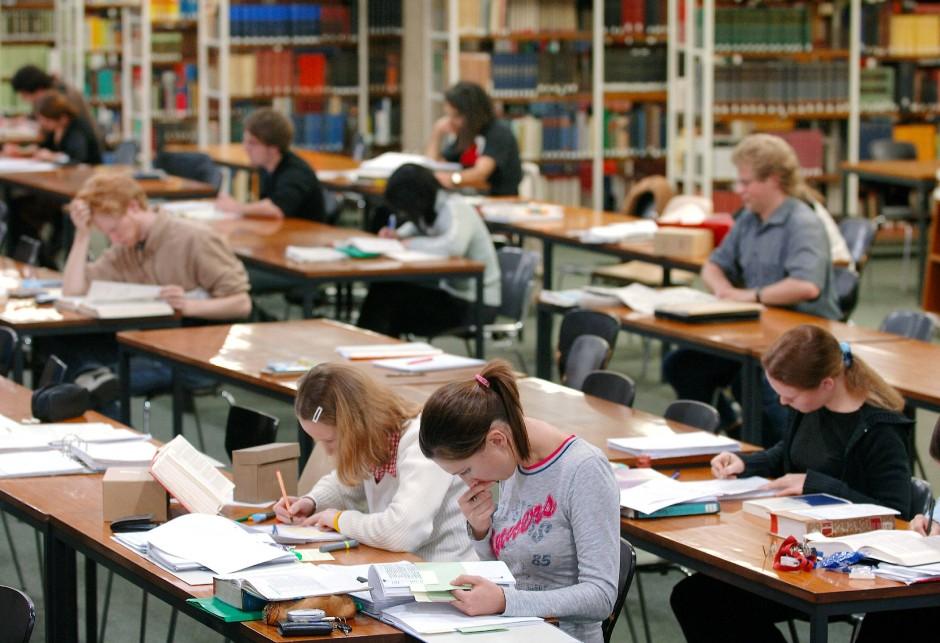 Ist hier frei oder schon reserviert? Studenten in der Bibliothek der Universität Köln.