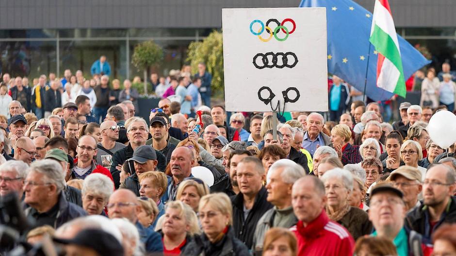 Demo vor dem Rathaus von Györ am 12. Oktober