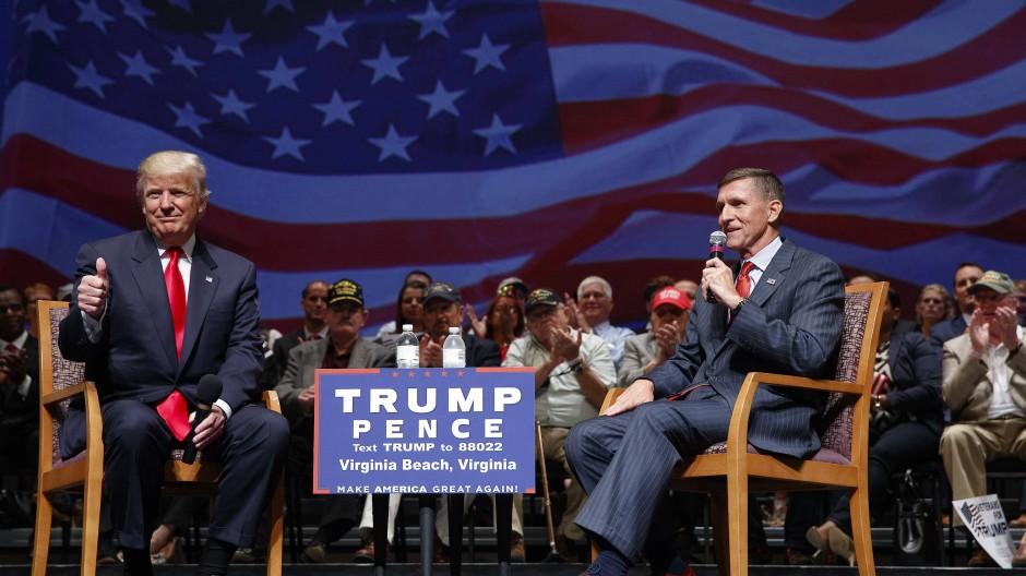 Ein Bild aus früheren Zeiten: Trump gemeinsam mit Flynn im Wahlkampf im September 2016 in Virginia Beach.
