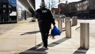 Nicht am Arbeitsplatz: Eine Beamte der Transportation Security Administration in New York nachdem sie bei einer Tafel Lebensmittel geholt hat.