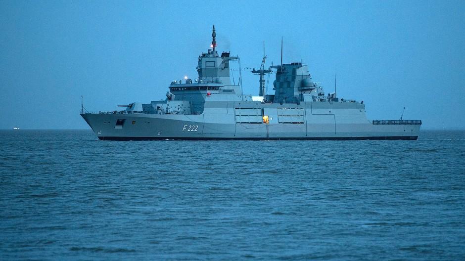 Kein Schiff wird kommen: Die Fregatte Baden-Württemberg bleibt auf Kurs.