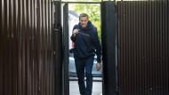 Alexej Nawalny, Oppositionsführer aus Russland, verlässt am Freitag nach seiner Entlassung eine Haftanstalt in Moskau.